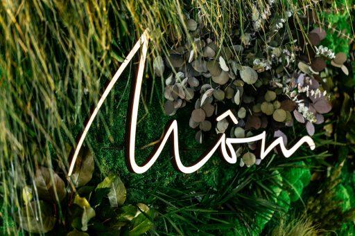 Môm restaurant - enseigne bois déco fleurs photo credits christianhagen.com